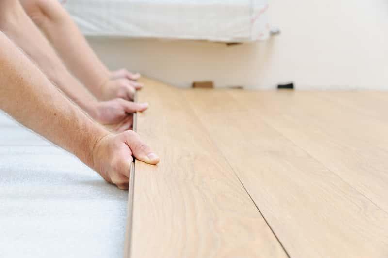 Kładzenie paneli podłogowych krok po kroku, a także instrukcja i podpowiedzi, jak kłaść panele podłogowe w mieszkaniu