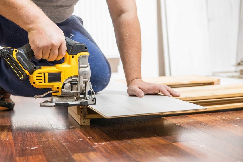 Przycinanie paneli podłogowych pozwala na dopasowanie ich do wielkości pomieszczenia i zachowania odpowiedniej dylatacji.