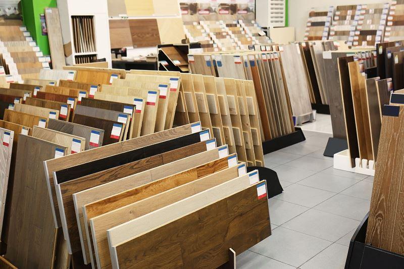 Ceny desek barlineckich są nieco wyższe niż typowych paneli ze względu na lepszą jakość i wyższą trwalość. To dobre rozwiązanie do mieszkań, zwłaszcza do salonu czy przedpokoju