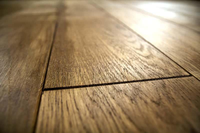 Ciemnobrązowa podłoga Barlinek ułożona w salonie, a także rodzaje podłóg, opinie, ceny oraz porady zakupowe krok po kroku