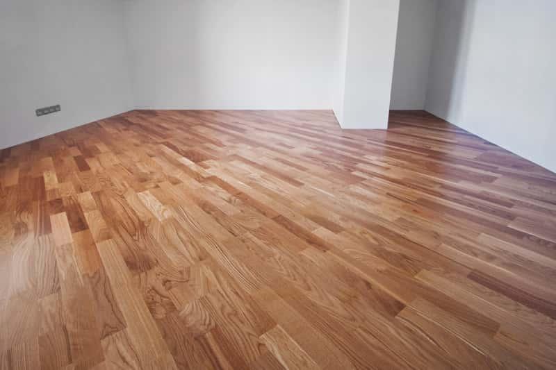 Deska trójwarstwowa rozłożona na podłodze w salonie lub innym pokoju dziennym, a także opis desek, właściwości, opinie oraz ceny