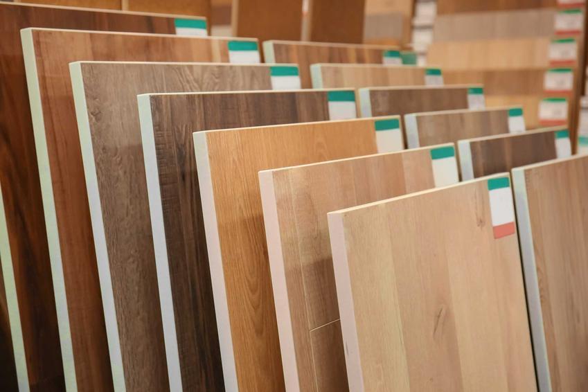 Panele i deski trójwarstwowe świetnie się sprawdzają w wielu pomieszczeniach. Są po prostu grubsze i dzięki temu znacznie trwalsze oraz bardziej odporne na zarysowania.