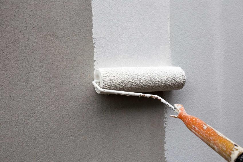 Farba do betonu to świetne rozwiązanie. Można malować nim budynki na zewnątrz i inne ściany z nałożonym betonem.