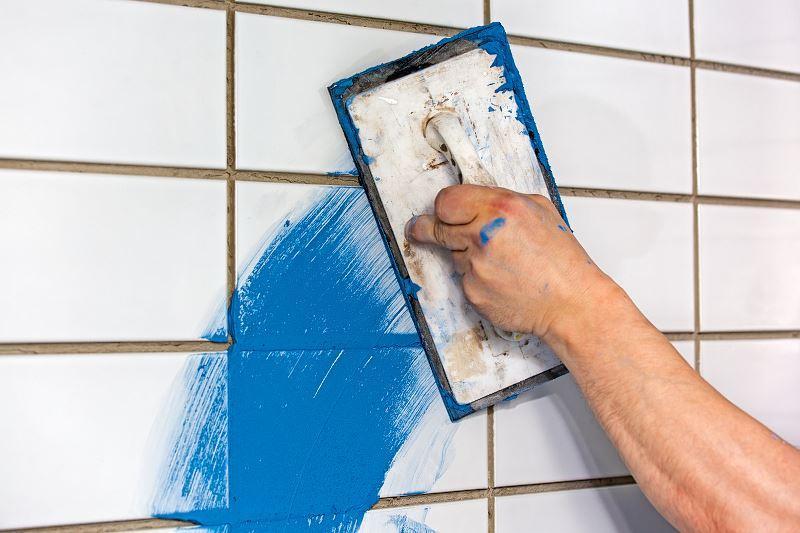 Farba do glazury to szybki sposób na odnowienie łazienki czy kuchni. Należy wybrać markę, która zbiera dobre opinie, a jej ceny nie są zbyt wysokie.