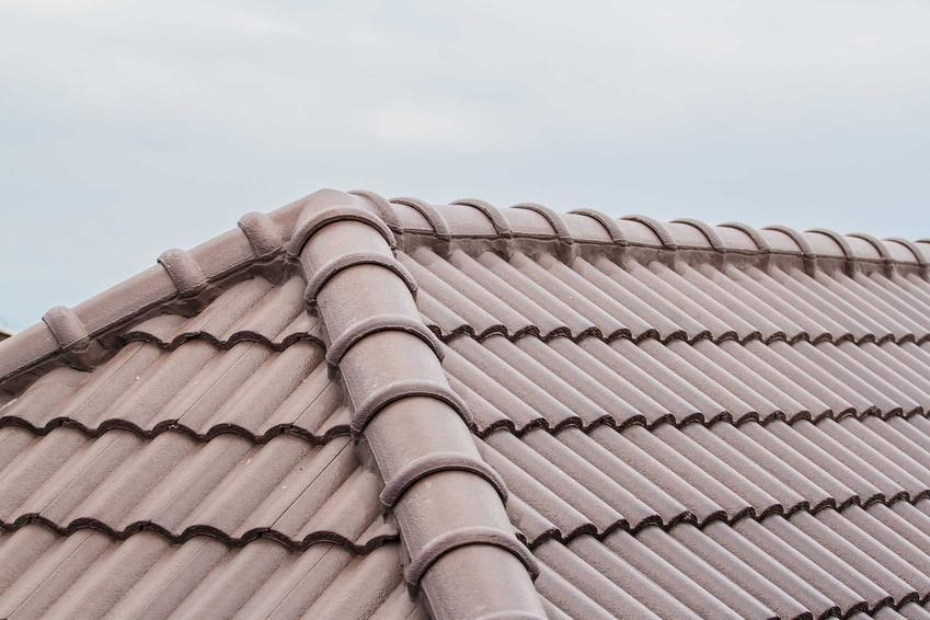 Dachówka Creaton to jeden z najbardziej popularnych sposobów na zabudowę dachu. Ma jasne kolory i stosunkowo niewysokie ceny, więc zbiera dobre opinie.