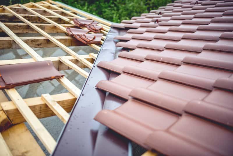 Dachówka Creaton na domu jednorodzinnym, a takze ceny, opinie oraz popularne kolory i producenci dachówki Creaton