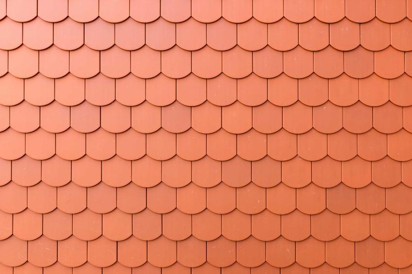 Rodzaje dachówek mogą być naprawdę różne. Dachówki karpiówki czy łuski mogą być zrobione z różnych materiałów.