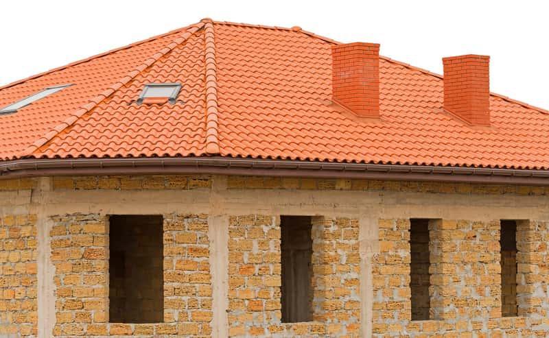 Dachówka zakładkowa na dachu domu jednorodzinnego, a także opinie o dachówkach, ceny oraz porady przy zakupie