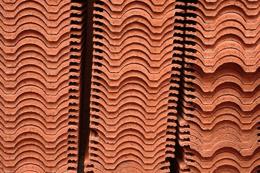 Dachówka holenderka jest bardzo popularna. To dachówka ceramiczna, której ceny są niestety dość wysokie, ale i tak zbiera świetne opinie.