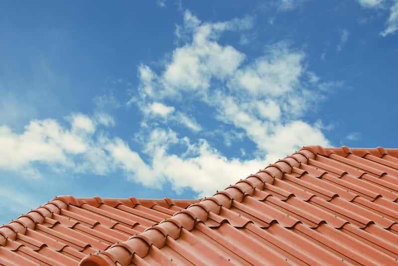Dachówka Koramic położona na dachu - rodzaje, opinie, najważniejsze informacje, zalety, zastosowanie, ceny, wybór - porady