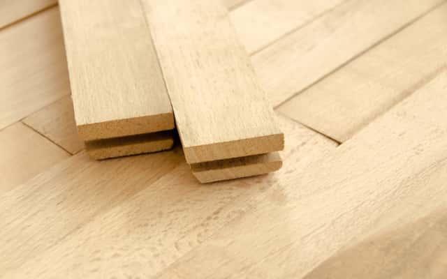 Klepki dębowe w jasnym kolorze podczas układania parkietu, a także klepka parkietowa z drewna dębu, układanie, cena, właściowści
