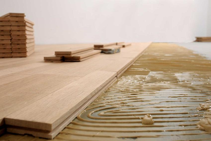Dębowa klepka parkietowa to najbardziej klasyczny sposób na wykończenie podłogi. Ładnie się prezentuje i jest bardzo trwała, ale ceny klepek potrafią być dość wysokie.