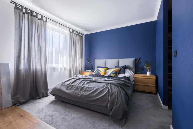 Szary dywan w nowoczesnym stylu w pokoju dziennym, a także nowoczesne szare dywany w ofercie różnych producentów i ceny