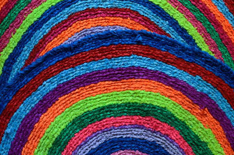 Kolorowe dywaniki w sklepie, a także wybrane wzory i producenci oraz opinie o kolorowych dywanach do mieszkania