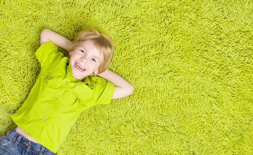 Zielony dywan dla dziecka to świetny pomysł. W pokoju maluchów powinno być kolorowo, a zielony dywan świetnie wygląda i dobrze się sprawdza, zwłaszcza jeśli chodzi o proste wzory.