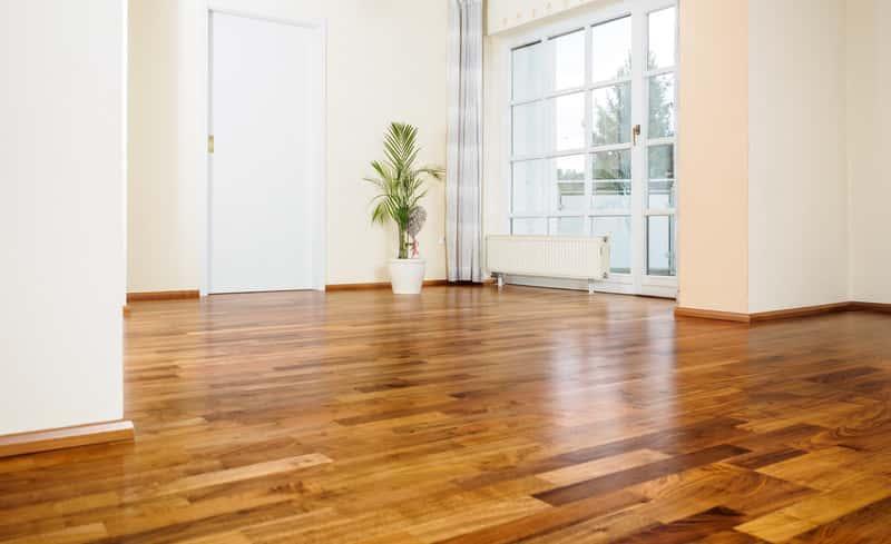 Parkiet Jawor na podłodze w salonie, a także najlepsze modele i rodzaje parkietów producenta, ceny oraz porady zakupowe