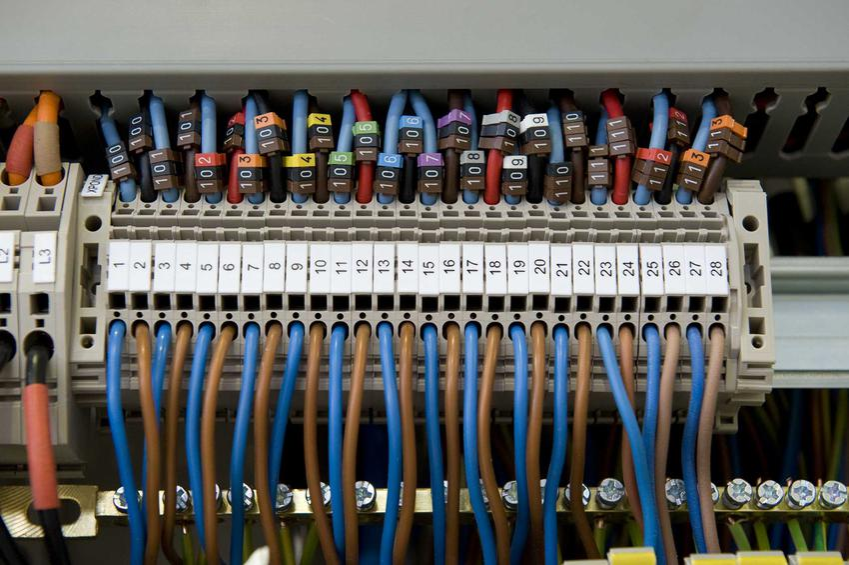 Szafa elektryczna może mieć wysokie ceny. Najważniejsze to jednak, by znaleźć dobrego producenta, który może pomóc w wyborze szafy