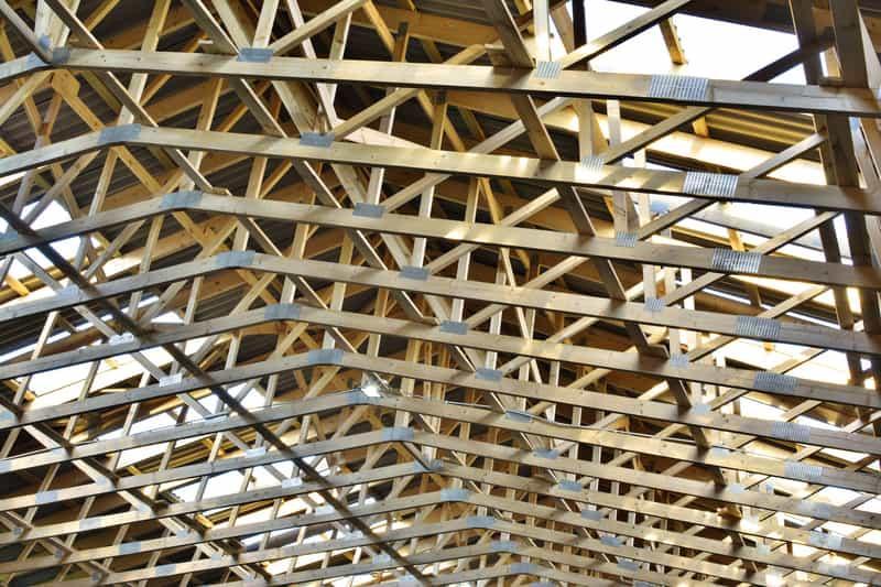 Więźba prefabrykowana przygotowana do założenia dachu, a także ceny, opinie, porady, wady i zalety, zastosowanie