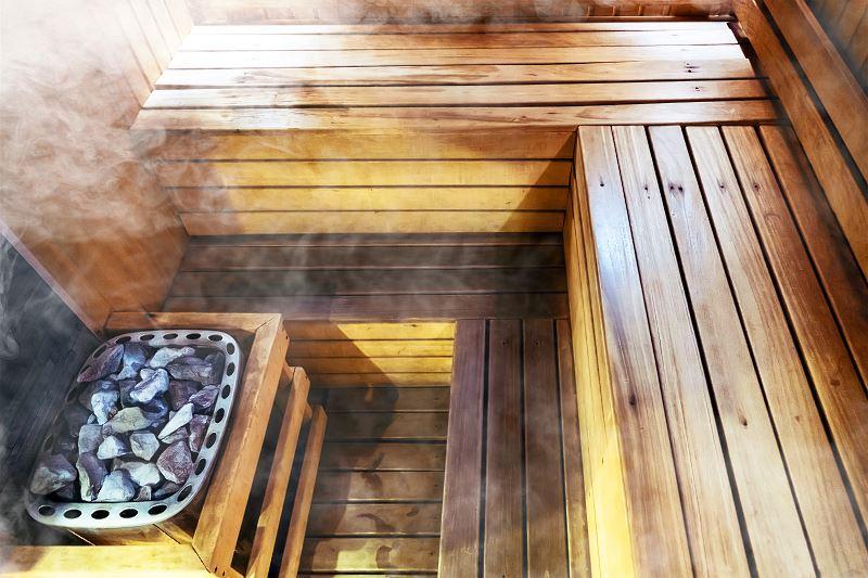 Sauna mokra ma bardzo wiele zalet dla zdrowia - stanu skóry, płuc, ogólnego działania organizmu. Jednak w niektórych przypadkach o wiele lepiej sprawdza się sauna sucha.