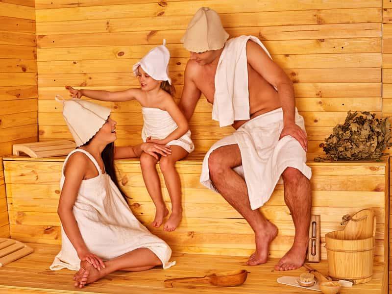Osoby w saunie, a także czapka do sauny, czyli ochrona włosów przed wysoką temperaturą, rodzaje, zastosowanie i porady