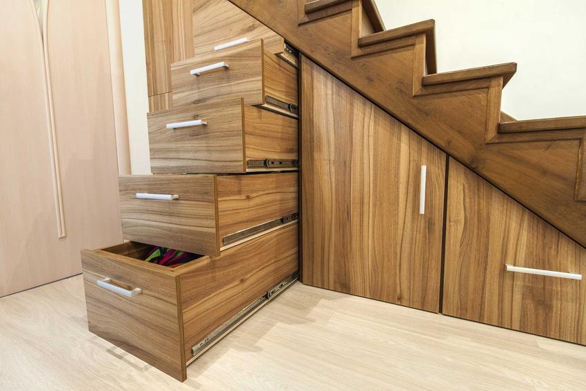 Zabudowa pod schodami, czyli najlepsze inspiracje i produkty do zabudowy przestrzeni pod schodami krok po kroku
