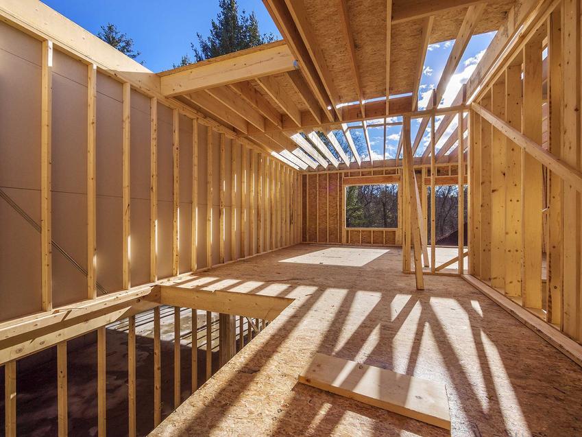 Wykonanie konstrukcji budynku to zarówno fundamenty, jak i zrobienie ścian działowych i nośnych, kominów i wentylacji, a także stropów i szkieletu dachu.