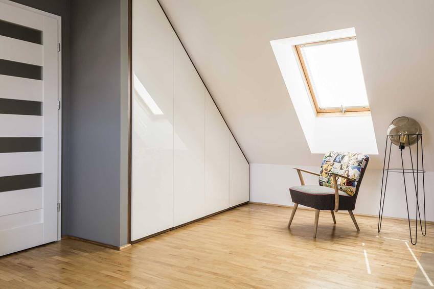 Szafa pod skosem na poddaszu - porady dotyczące wyboru, montażu i przygotowania szafy znajdującej się pod skosem na korytarzu