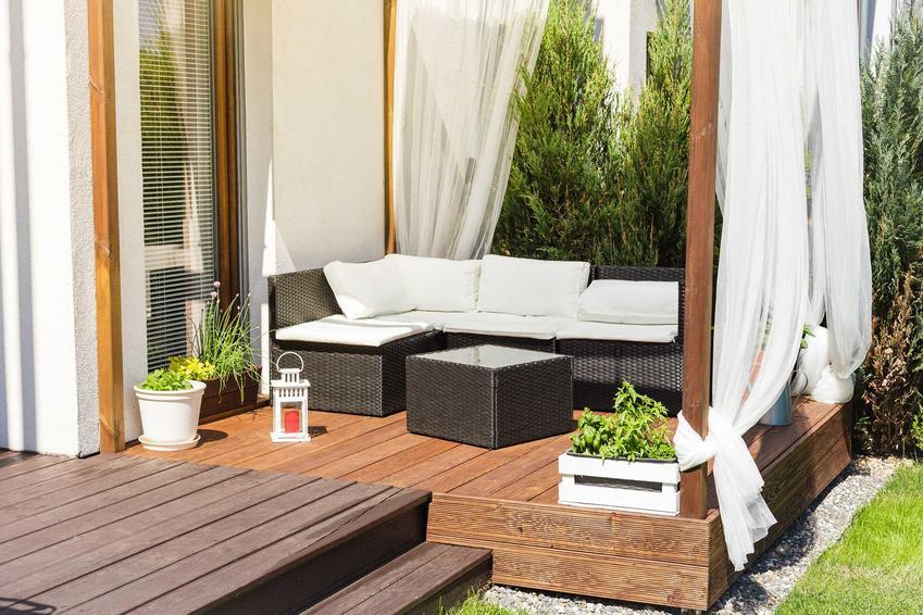 Meble ogrodowe IKEA z rattanu, które idealnie mogą posłużyć także jako meble balkonowe, tworząc klimat w tej części domu