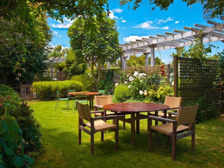 Meble ogrodowe IKEA, które idealnie nadają się także jako meble balkonowe, tworząc niepowtarzalną aranżację