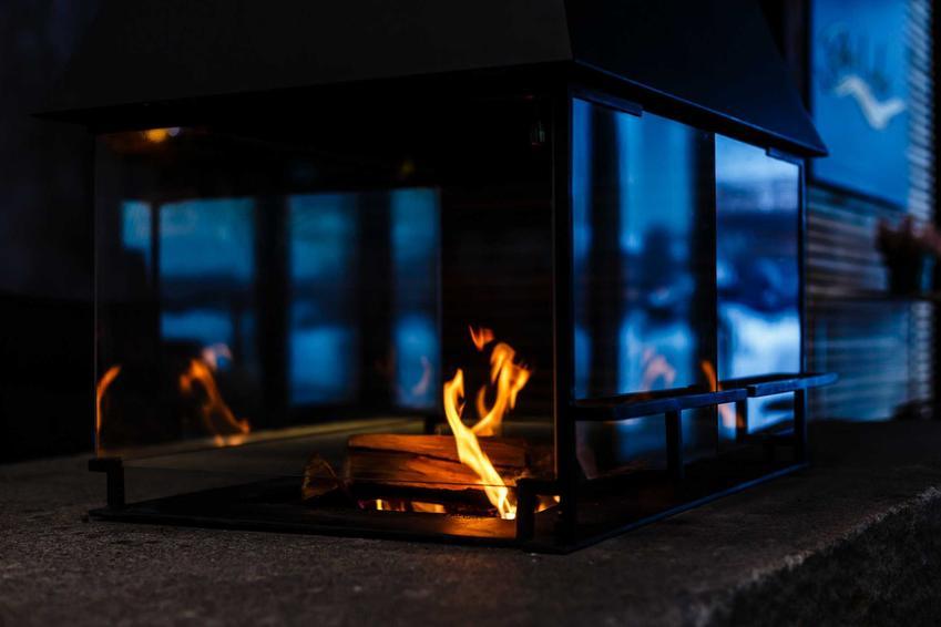 Biokominek z rozpalonym ogniem, a także opinie o biokominkach, porady dla użytkowników krok po kroku
