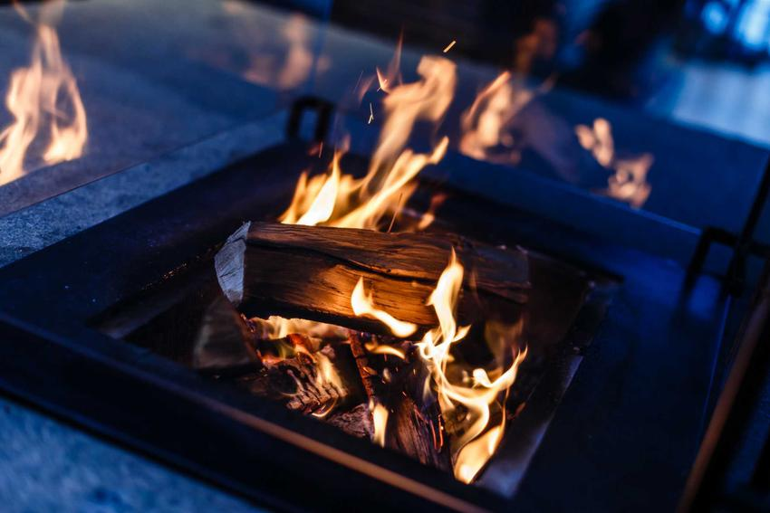 Płonący biokominek i odpowiedź na pytanie, czy biokominek daje ciepło oraz ile ciepła daje biokominek