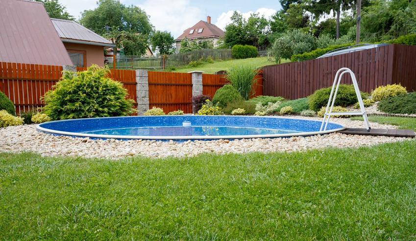 Basen w ogrodzie może być stacjonarny. Basen poliestrowy to gotowa, jednoelementowa niecka basenowa o różnym kształcie. Nie musi być duży i dobrze wpasowuje się w ogródek
