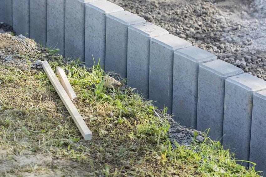 Palisada betonowa w ogrodzie - rodzaje, cena, wykonanie, porady krok po kroku, jak wykonać palisade betonową w ogrodzie