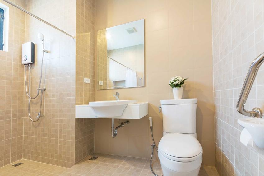 Podgrzewacz przepływowy Siemiens w łazience zamontowany przy panelu w kabinie prysznicowej, a także ceny oraz opinie