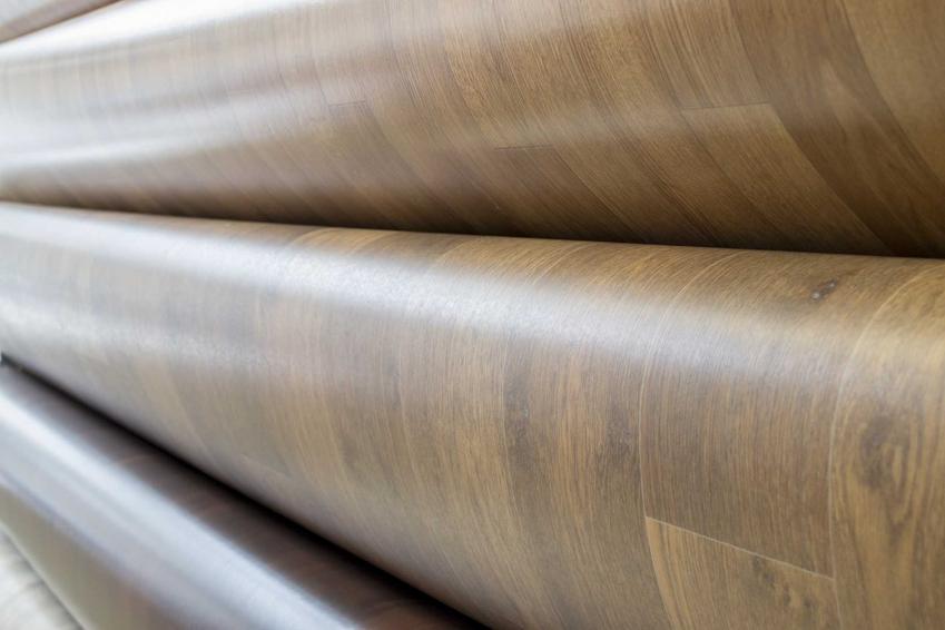 Wykładziny PCV w Komfort to linoleum imitujące panele drewniane, a także płytki i beton oraz ich ceny, przegląd oferty i zastosowanie