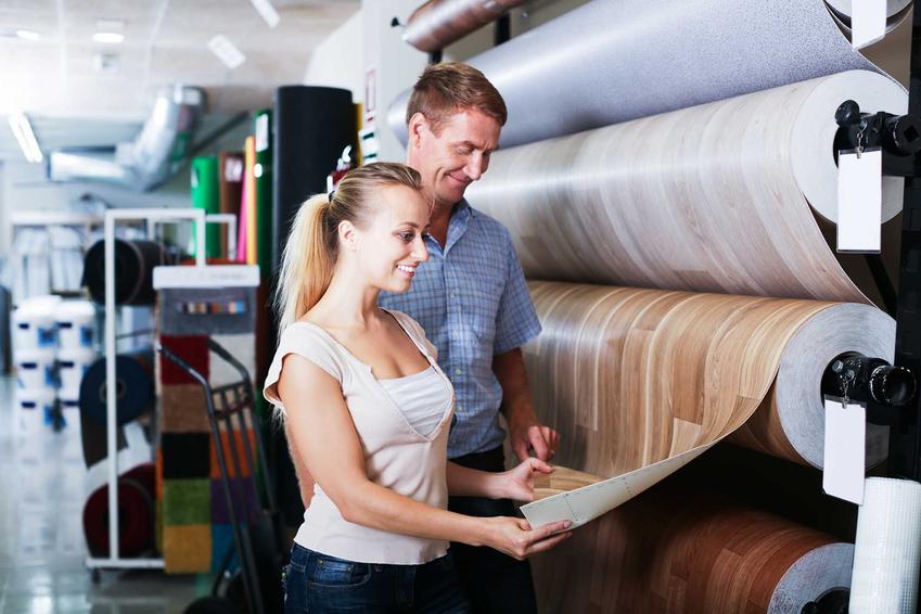 Para oglądająca wykładziny PCV w OBI, które imitują podłogi wykonane z paneli, a także najlepsze okładziny PCV w OBI, producenci oraz ceny