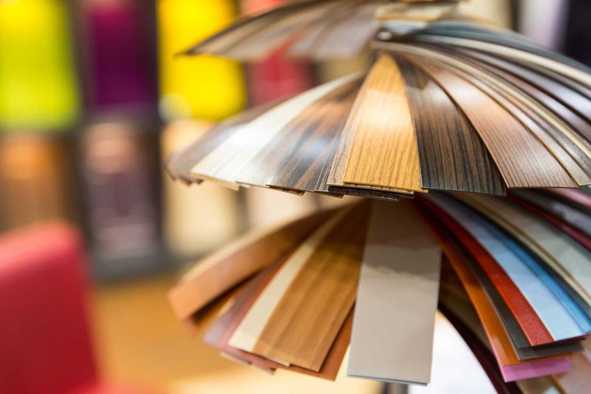 Wykładziny dywanowe Komfort na wystawie w sklepie w różnych wariantach i odcieniach w postaci próbek, a także ceny i przegląd modeli wykładzin w sklepach Komfort