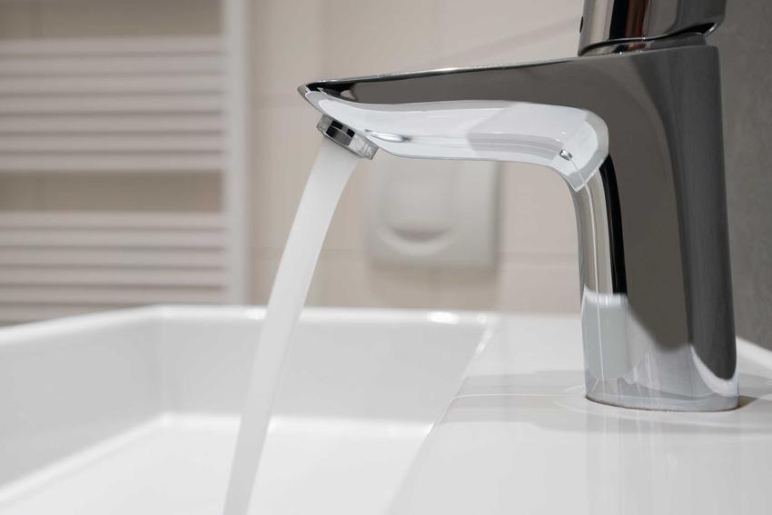 Woda płynąca z kranu nad umywalką. Przepływowy podgrzewacz wody i wszelkie informacje, które warto znać