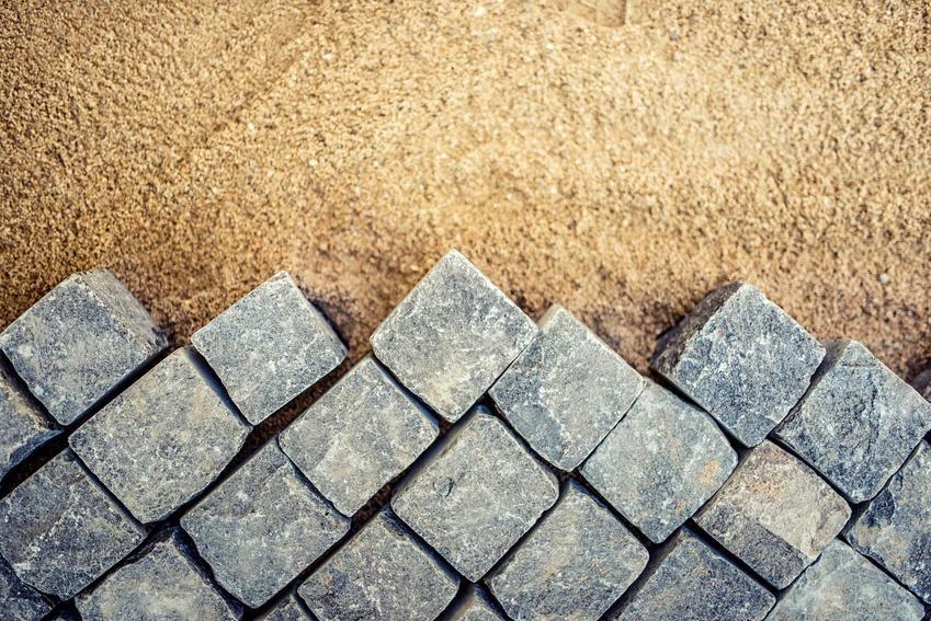 Układanie kostki granitowej, czyli kostka granitowa i jej zastosowanie oraz właściwości, opinie, wady i zalety