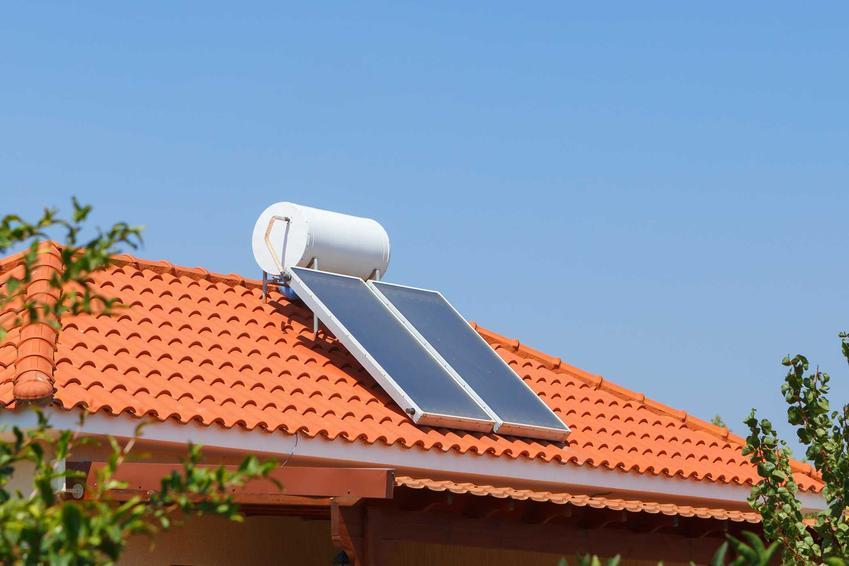 Podgrzewacz solarny wody użytkowej zamontowany na dachu wraz z bojlerem