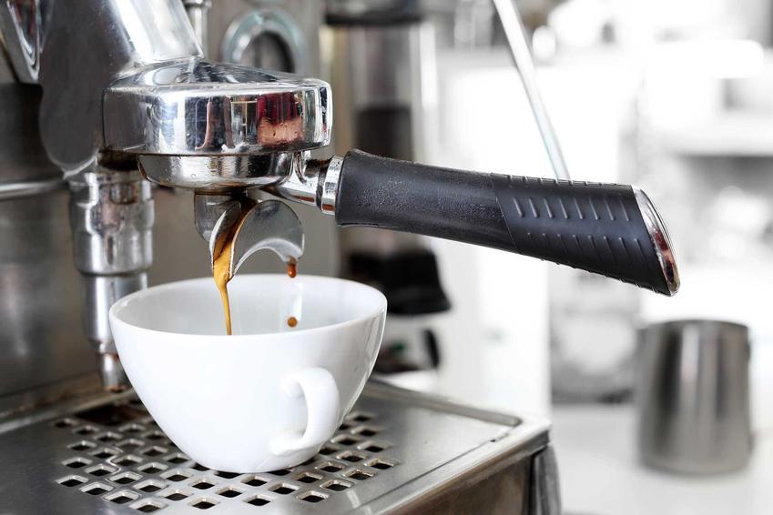 Ekspres do kawy DeLonghi, a dokładniej ekspres ciśnieniowy DeLonghi oraz polecane modele ekspresów krok po kroku