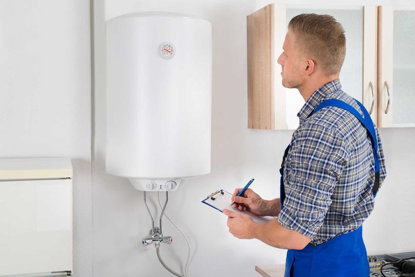 Elektryk sprawdzający bojler elektryczny. Porady, jakie bojlery elektryczne warto wziąć pod uwagę - pionowe czy poziome