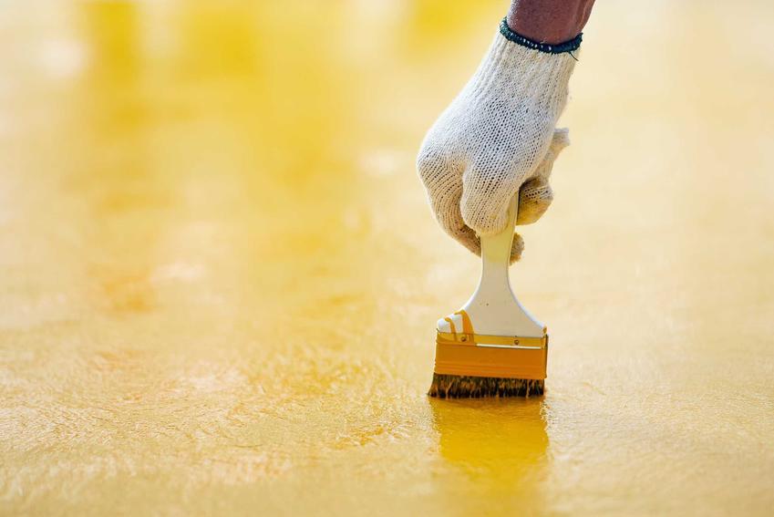 Żółta farba epoksydowa podczas malowania powierzchni. Rodzaje farb epoksydowych i zastosowanie jej krok po kroku