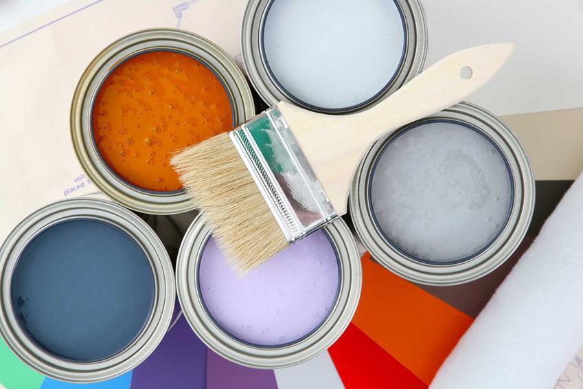 Puszki z różnymi kolorami farby. Farba alkidowa, jej zastosowanie, właściwości oraz opinie na jej temat i ceny.