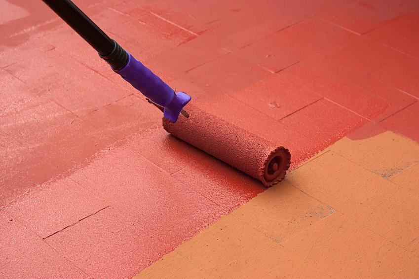 Malowanie podłogi wałkiem na czerwono. Farby Luxens, ich paleta barw oraz zastosowanie i ceny, a także najlepsze rodzaje