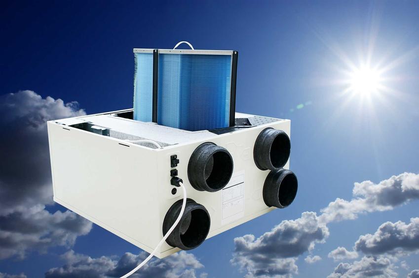 Rekuperator na tle niebieskiego nieba. Odpowiedź na pytanie, ile prądu zużywa rekuperator i rekuperacja.