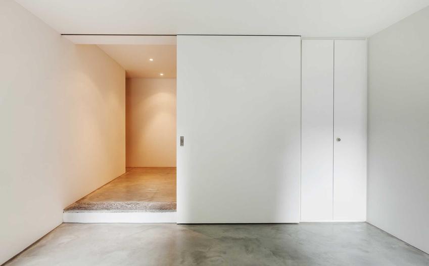 Drzwi przesuwne naścienne w kolorze białym oraz montaż drzwi przesuwnych krok po kroku i najlepsze modele oraz producenci drzwi