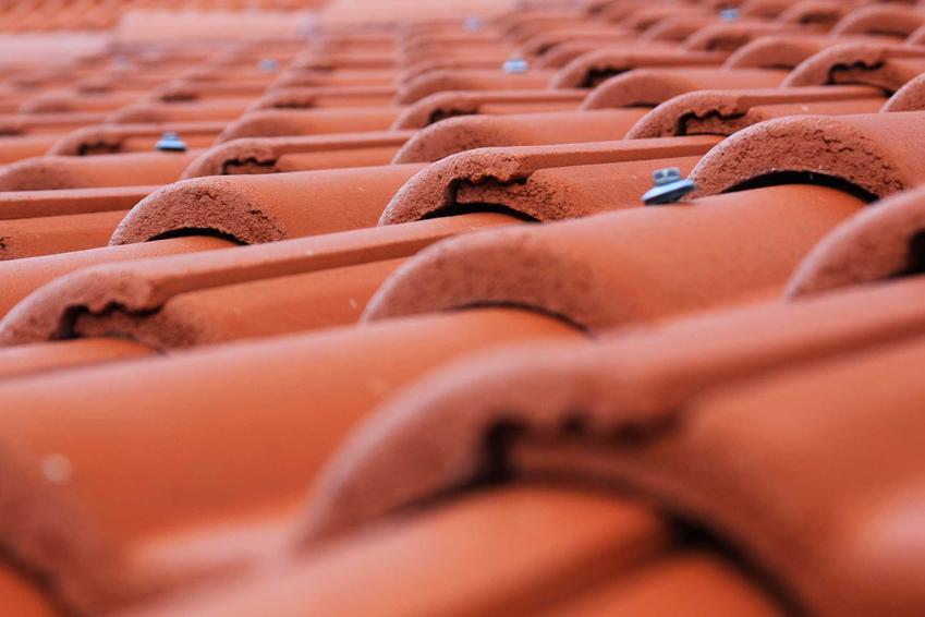 Dachówka ceramiczna to rozwiązanie na lata. Jest świetna w przypadku domów jednorodzinnych w stylu wiejskim lub na wille o eleganckim charakterze