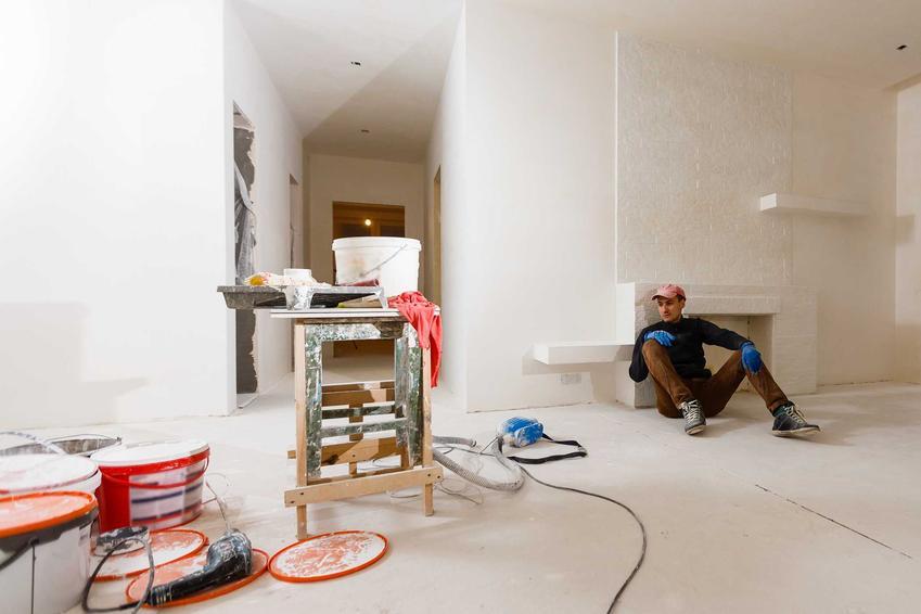 Mężczyzna podczas prac remontowych. Szlifierki do tynków gipsowych oraz polecane modele do zastosowania w domowych warunkach