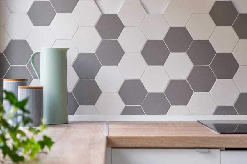 Płytki ścienne nad blatem w kuchni o ciekawym kształcie oraz płytki ceramiczne na ścianę - rodzaje, zalety, ceny
